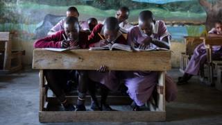 Yan makaranta 'yan kabilar Masai na daukar darasi a cikin aji
