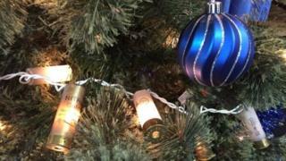 Árvore de natal decorada com cápsulas de balas