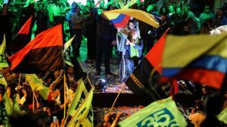 Ленін Морено (у центрі) вже святкує перемогу
