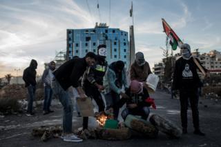 متظاهرون في الضفة الغربية يحرقون إطارات