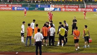 """Tác giả nói vở """"hài kịch"""" trên sân Thống Nhất chỉ là mắt xích trong một hệ thống lỗi của nền bóng đá Việt."""