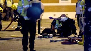 полицейский помогает пострадавшему