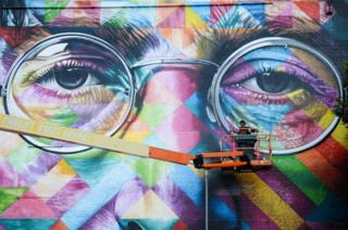 Un artista del graffiti trabaja en un mural grande de John Lennon como parte del Upfest, un festival del arte callejero en Bristol, Inglaterra.