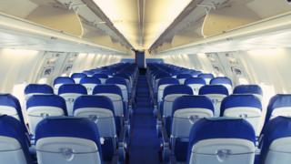 飛行機の座席は小さくなり続けている