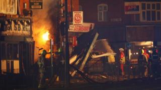 İtfaiye ekipleri yangını söndürmeye çalışıyor