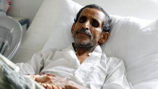 A cholera-infected Yemeni receives treatment at a hospital amid a serious cholera outbreak in Sanaa, Yemen (22 June 2017)