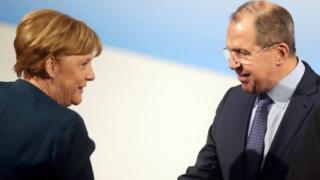 ميركل في لقاء مع لافروف خلال مؤتمر ميونيخ لشؤون الأمن والدفاع