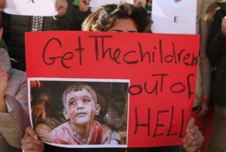 По данным ЮНИСЕФ, сотни детей, в том числе сироты, остаются в ловушке в восточной части Алеппо