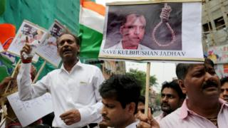 انڈیا میں کلبھوشن کے حق میں مظاہرہ