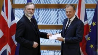英国驻欧盟大使巴罗,向欧洲理事会主席图斯克,呈交首相特里莎·梅签署的脱欧信函