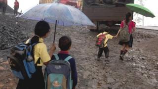स्कूल जाते बच्चे