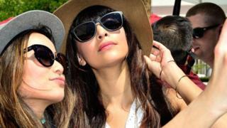 فتاتان من جيل الألفية تلتقطان صورة سيلفي