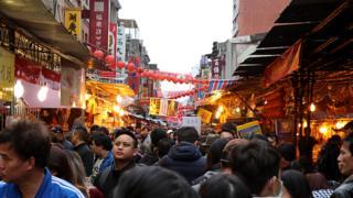 走進位於台北市西區的大稻埕,逢年過節的遊客總是將此擠滿。