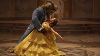 La Bella y la Bestia bailando en la película.