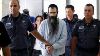 Yishai Schlissel (C) is escorted to sentencing hearing (26/06/2016)