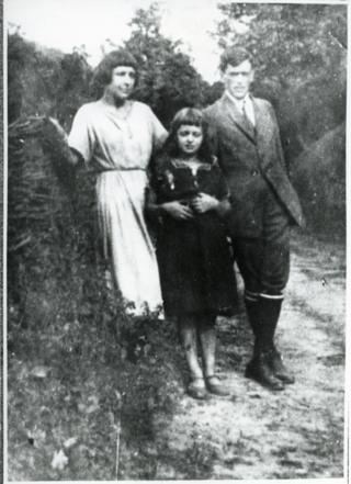 Цвєтаєва з донькою та чоловіком