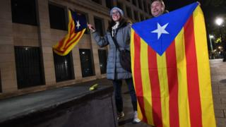Catalan independence supporters outside Belgian Federal prosecutor's office in Brussels on 5 November 2017