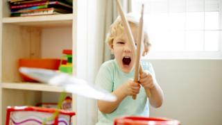 Complaints or sympathy? How noisy neighbours affect home life