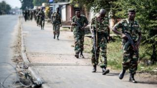 Burundian soldiers withdrawing from the restive Cibitoke neighbourhood in Bujumbura (19 December 2015)