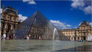 Mu kwezi kwa kabiri, umusirikare w'umufaransa yari acungereye umutekano i Louvre, mu gisagara ca Paris yararashe uwikekwa kugira igitero