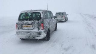 汽车厂家把新设计的汽车放在极端温度条件下,测试其性能表现。