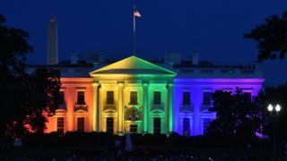 Fadar White House ta dauki launin bakan gizo, bayan kotun kolin Amurka ta amince da dokar a shekarar 2015