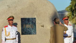 Raúl Castro frente a la urna de su hermano Fidel