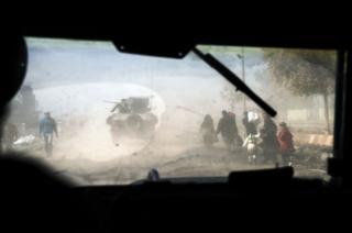 ขบวนรถของกองกำลังอิรักแล่นไปบนถนนทางตะวันออกของเมืองโมซูล