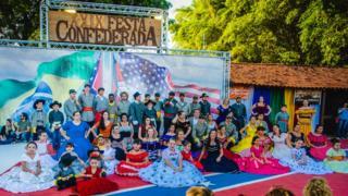Participantes de festa confederada em Santa Bárbara D'Oeste posam para foto
