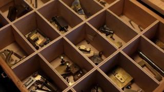 أدوات صناعة وتصليح الساعات في ورشة الزوجان ريبيكا وكريغ للساعات في برمينغهام