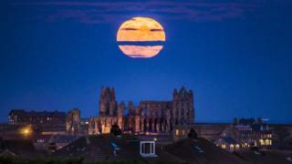 Суперлуние над аббатством Уитби в Йоркшире