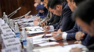 Өкмөттүн кезектеги жыйынында мамлекеттик органдардын 2015-2017-жылдардагы Коррупцияга каршы саясатынын мамлекеттик стратегиясын аткаруу боюнча иш-чаралар талкууланды.