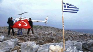 Kardak Kayalıkları'nda dikili olan Yunan bayrağını indirmeye gelen Türk gazeteciler Türk bayrağı dikmeye hazırlanıyor.
