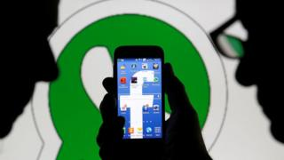 телефон на фоне логтипа Whatsapp