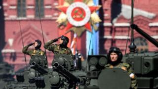 Militares saludan a las autoridades durante el desfile celebrado en Moscú.