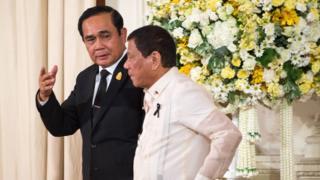พล.อ.ประยุทธ์ จันทร์โอชา (ซ้าย) นายกรัฐมนตรีของไทย ต้อนรับนายโรดริโก ดูแตร์เต ปธน.ฟิลิปปินส์ ในการเยือนอย่างเป็นทางการไม่นานมานี้