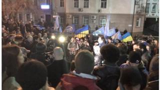 У суда собралась толпа. Люди протестуют против затягивания дела Романа Насирова