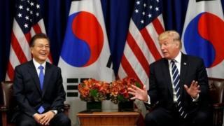 Rais Donald Trump (Kulia) akiwa na kiongozi wa Korea kaskazini