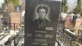 Lápida actual de la tumba de África de las Heras en el cementerio Khovanskoye de Moscú.