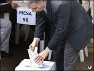 Colombian President Alvaro Uribe casts his ballot in Bogota (30 May 2010)