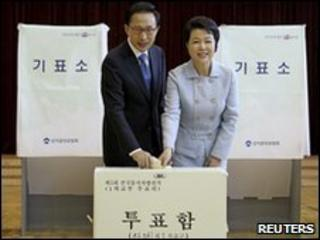South Korean President Lee Myung-bak and his wife Kim Yoon-ok cast their votes at a polling station in Seoul June 2