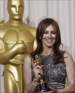 Kathryn Bigelow shows off Oscar for The Hurt Locker