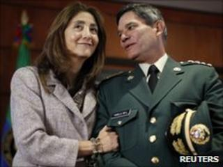Ingrid Betancourt and Colombian military chief Freddy Padilla (2 July 2010)