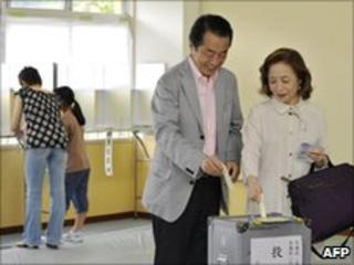 Japanese Prime Minister Naoto Kan and his wife Nobuko vote in Tokyo