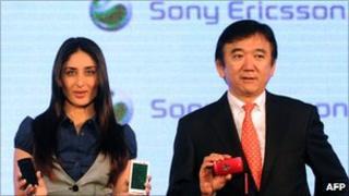 Kareena Kapoor and Hirokazu Ishizuka with phones