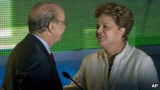 Jose Serra and Dilma Rousseff shake hands after the debate in Sao Paulo (5 August 2010)