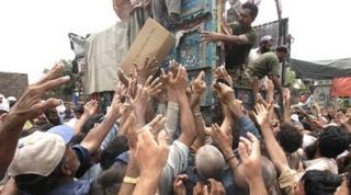 Pakistani soldiers distribute aid