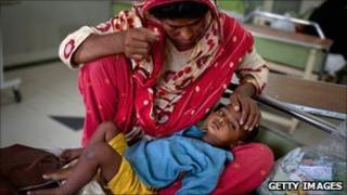 Woman with an ill child in a hospital in Muzaffargarh in Punjab, Pakistan (23 August 2010)