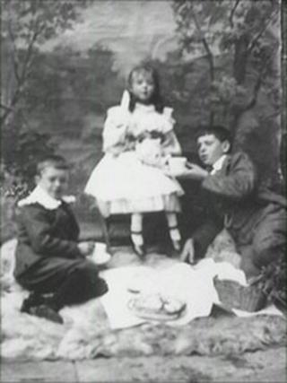Stan Laurel, sister Beatrice and brother Gordon