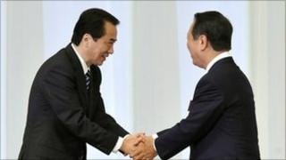 Naoto Kan (L) shakes hands with Ichiro Ozawa (R) after the leadership vote on 14 September 2010